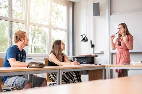 Auf dem Bild ist eine Lehrende und 2 Studierende zu sehen