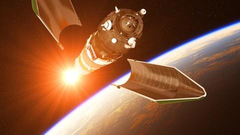 Das Farbfoto zeigt eine Montage. Man sieht eine Rakete im Weltraum. Im Hintergrund sieht man die Sonne.