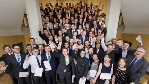 Gruppenfoto des Absolventenjahrgangs 2015/16.