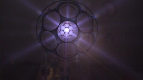 3D-gedruckte Bucky-Bälle leuchten im Sternenmodus. Mit dieser fußballartigen Geometrie wollen die Raumfahrttechniker der TU Dresden der Kernfusion näher kommen.
