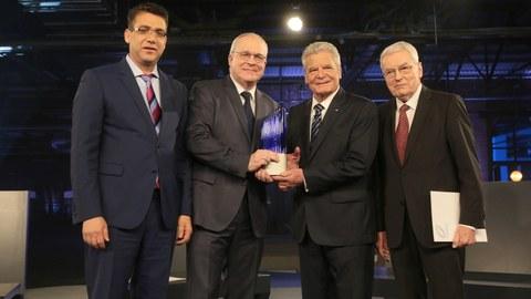 Der deutsche Bundespräsident Joachim Gauck überreicht drei Dresdner Forschern den Zukunftspreis für Technik und Innovation.