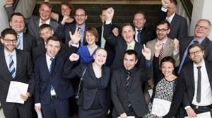 Foto der erfolgreichen Doktoranden. Eine Gruppe von Frauen und Männern die sich freuen und jubeln