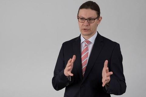 lebhaftes Foto von Professor Thilo Bocklisch wie er etwas erklärt und seine Hände bewegt