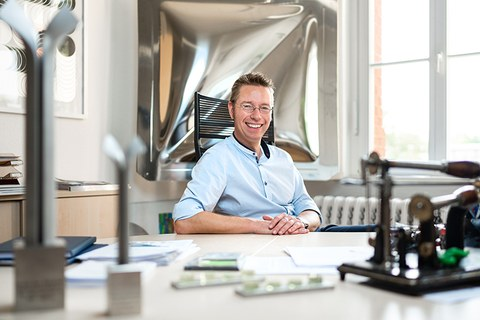 Das Portraitfoto zeigt Professor Alexander Brosius, Inhaber der Professur für Formgebende Fertigungsverfahren.