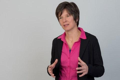 lebhaftes Foto von Professorin Katja Bühler, sie erklärt etwas und bewegt ihre Hände