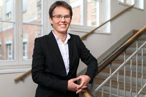 Foto von Professorin Kerstin Eckert in einem Treppenhaus der Fakultät Maschinenwesen