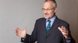 lebhaftes Foto von Professor Ullrich Hesse, er erklärt etwas und bewegt seine Hände