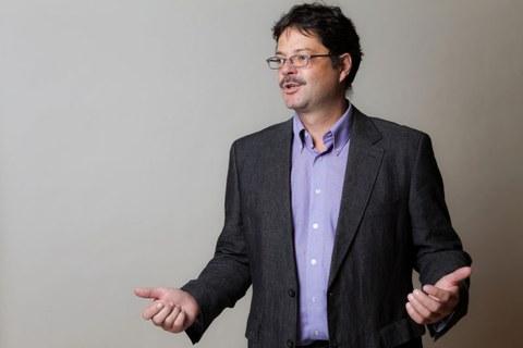lebhaftes Foto von Dr. Veit Hildebrand, er erklärt etwas und bewegt seine Hände