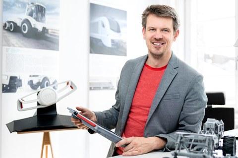 Porträtfoto von Professor Krzywinski am Stehpult in seinem Büro
