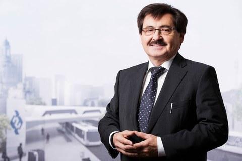 Foto von Professor Rüdiger Lange vor dem Hintergrund einer virtuellen Stadtlandschaft