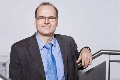 Foto von Professor Alexander Michaelis in einem Treppenhaus der Fakultät Maschinenwesen