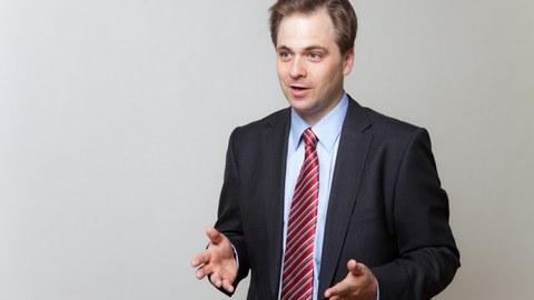 lebhaftes Foto von Professor Martin Tajmar, er erklärt etwas und bewegt seine Hände