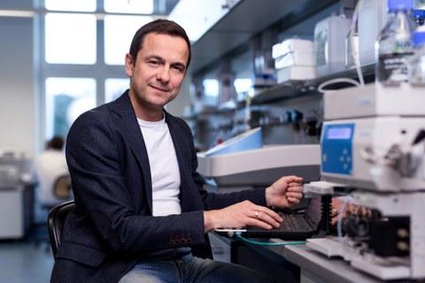Foto von Prof. Thomas Walther in einem Labor