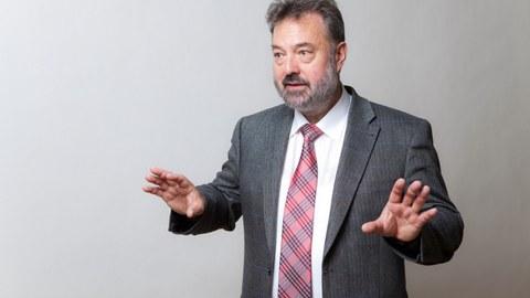 lebhaftes Foto von Professor Jürgen Weber, er erklärt etwas und bewegt seine Hände