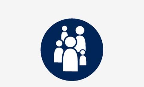 Grafik: in einem blauen Kreis sind mehrere weiße schematische Figuren zu sehen. Von den Figuren sind nur Kopf und Oberkörper zusehen, sie sind unterschiedlich groß.
