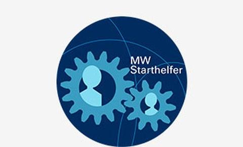 Grafik: Logo des Starthelferprogramms der Fakultät Maschinenwesen. In einem blauen Kreis sind 2 hellblaue Zahnräder zu sehen, in denen ist schemenhaft eine Person angedeutet. Neben den Zahnrädern steht in weiß MW Starthelfer