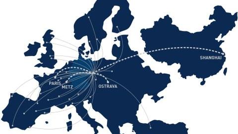 Grafik: ein blaue Karte zeigt Europa ohne Russland, aber mit der Türkei und China. Von einem Punkt gehen viele Linien aus zu verschiedenen Städten. Hervorgehoben sind Paris, Metz, Ostrava und Shanghai.