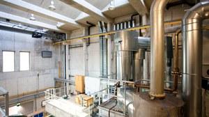Foto: Blick in die Versuchshalle des Zentrums für Energietechnik, mit größeren Röhren und Behältern
