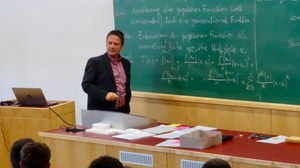 Dieses Bild zeigt Daniel Knöfel während einer Mathematikvorlesung im Hörsaal.