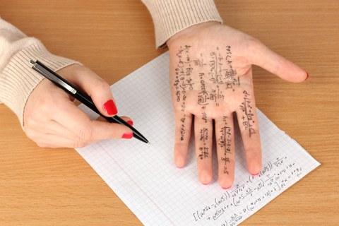 Hand mit Formelnotizen