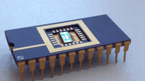 Auf dem Fotos sieht man ein Testchip eines Memristors, der vom NaMLab (An-Institut der TU Dresden) gefertigt wurde.