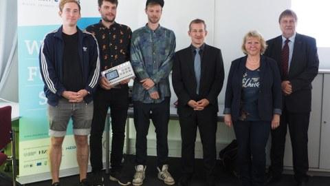 Gruppenfoto zur Verleihung des 50. Gründerstipendiums an ein Informatik-Team.