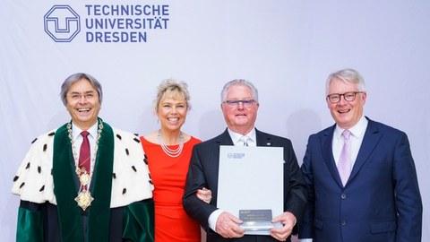 Auf dem Gruppenfoto sieht man von links nach rechts: Rektor der TU Dresden in offizieller Robe, Prof. Hans Müller-Steinhagen, Beatrix und Heinz-Jürgen Preiss-Daimler sowie Prof. Heinz Reichmann.