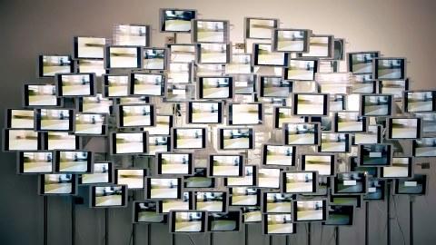 Das Foto zeigt eine Screenwall aus dem 5G Lab, welche aus einer Vielzahl von Displays besteht.