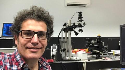 Porträtbild von Daniel Sola in seinem Forschungslabor.