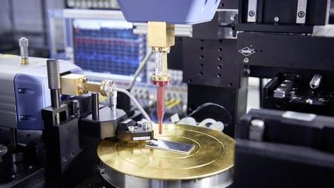 Auf dem Foto sieht man ein Messgerät aus der Hochfrequenztechnik.
