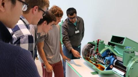 Teilnehmende einer Summeschool bei einer Führung durch das Schauffler-Lab.