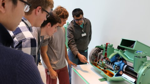 Participants of a Summeschool during a guided tour through the Schauffler-Lab.