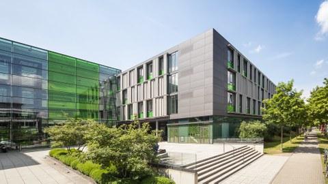 Das Foto zeigt den Andreas-Pfitzmann-Bau der TU Dresden.