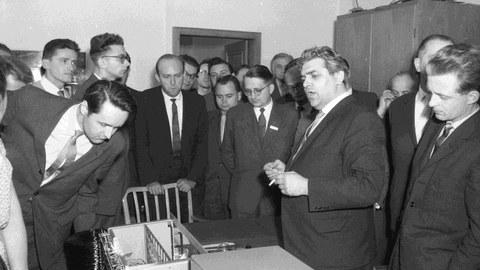 N. J. Lehmann als Direktor des Instituts für Maschinelle Rechentechnik während einer Tagung 1962
