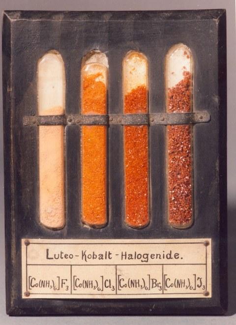 Anschauungsbeispiel von vier Hexaamincobalt(III)-Halegoniden