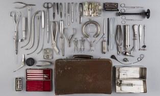 Hausbesuchskoffer mit Instrumentarium vor Dr. Leopold Lohmann, 1945