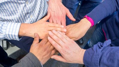 5 Hände zusammen