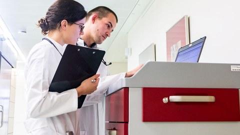 Zwei Ärtze in Klinik beim Befunde lesen