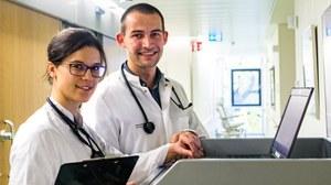 Zwei Ärzte blicken in die Kamera