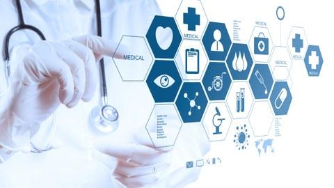 Foto eines Arztes, der mit der Hand auf grafische medizinische Symbole, die vor ihm eingeblendet werden, tippt