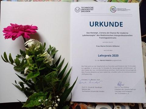 Foto_Urkunde und Blumen Lehrpreis 2020