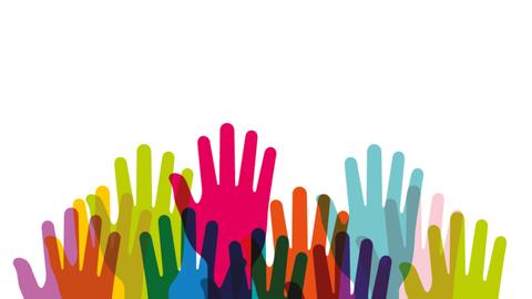 Foto einer Illustration 11 verschieden farbiger erhobener Hände, wo die Farbe bei Überschneidung wechselt.