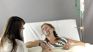 Studierende am Krankenbett in Szenario mit Schauspielperson
