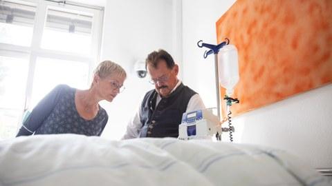 """Herr Prof. Albrecht und Frau Heike Vogelbusch bei der Fehlersuche im """"room-of-horrors"""" im MITZ"""