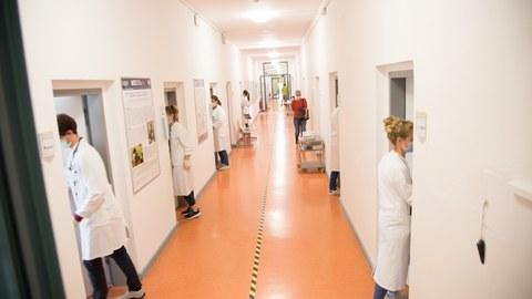 Medizinstudierende des 10. FS während der OSCE-Prüfung im MITZ