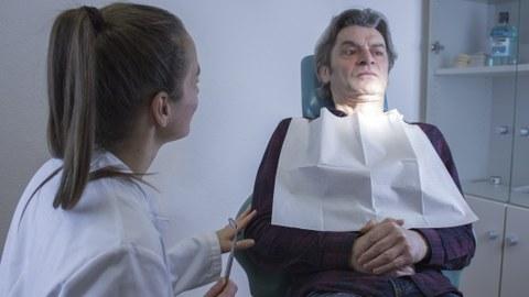 Studierende der Zahnmedizin und Schauspielpatient im Trainingsszenario ängstlicher Patient