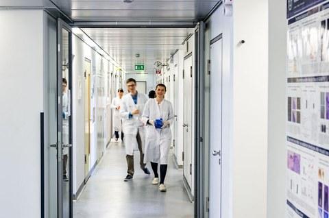 Wissenschaftler im Gang
