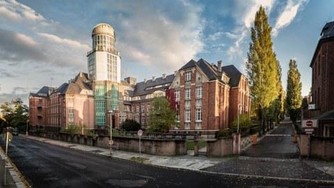 Ansicht Straßenseite Backsteingebäude mit Turm