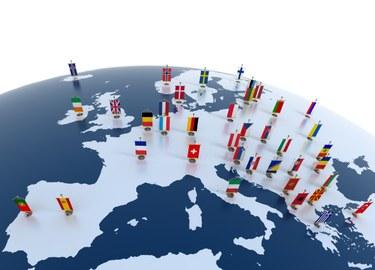 Ausschnitt eines Globus' der Europa zeigt und mit Flaggen gespickt ist.