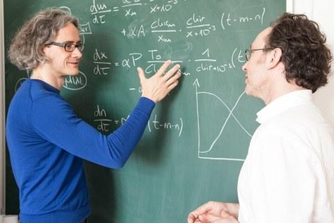 Dr. Ingmar Glauche und Prof. Ingo Röder vom Institut für Medizinische Biometrie und Statistik der TU Dresden